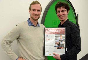 Christoph Wille und Markus Stipp mit der Siegerurkunde des BPWN Phase 1